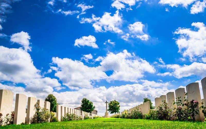 Cemitério britânico por Ypres em Bélgica fotos de stock