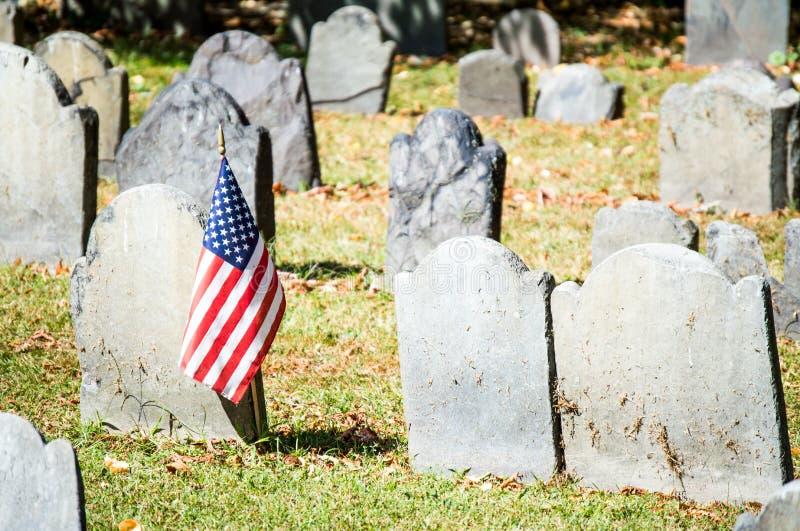 Cemitério colonial com a bandeira americana em Boston fotos de stock
