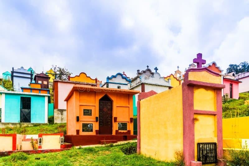 Cemitério colorido do maya por Chichicastenango na Guatemala imagens de stock