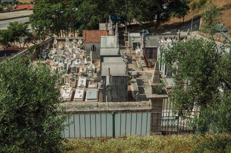 Cemitério com as paredes de pedra que cercam túmulos e criptas fotografia de stock