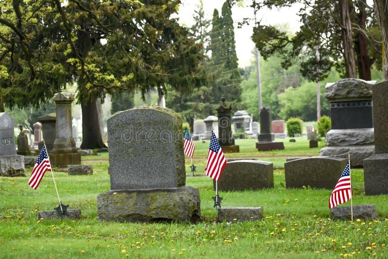 Cemitério com bandeiras do Estados Unidos da América imagens de stock