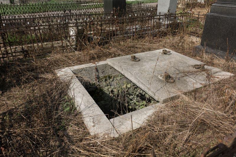 Cemitério com sepultura aberta, extorsão grave imagem de stock royalty free