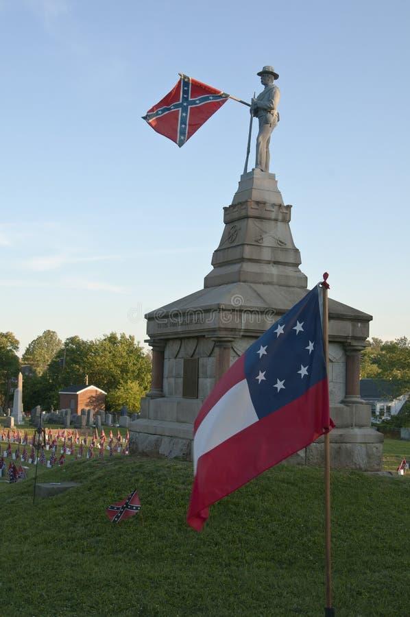 Cemitério confederado com bandeira de batalha imagens de stock