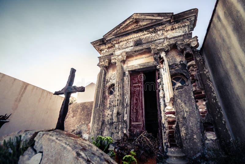 Cemitério cristão, sepultura dentro da construção pequena fotografia de stock