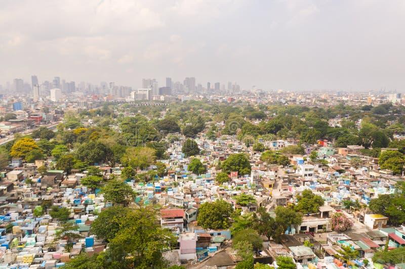 Cemitério da cidade em Manila, vista de cima de Cemitério velho com construções residenciais Cidade de Manila, no tempo ensolarad imagem de stock royalty free