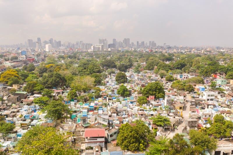 Cemitério da cidade em Manila, vista de cima de Cemitério velho com construções residenciais Cidade de Manila, no tempo ensolarad foto de stock