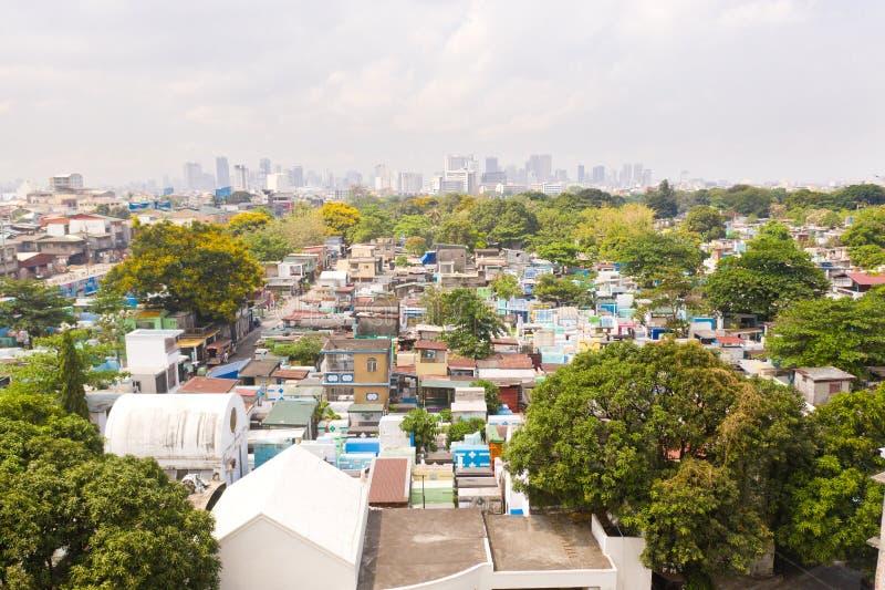 Cemitério da cidade em Manila, vista de cima de Cemitério velho com construções residenciais Cidade de Manila, no tempo ensolarad fotos de stock royalty free