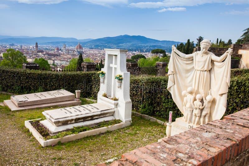 Cemitério da porta santamente a e a cidade bonita de Florença fotografia de stock royalty free