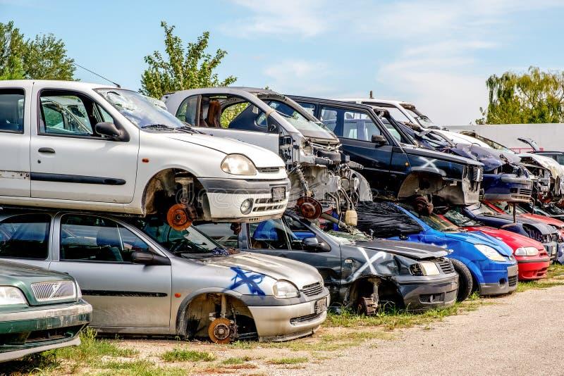 Cemitério de automóveis deixado de funcionar dos carros imagens de stock