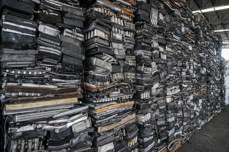 Cemitério de automóveis do motor, bloco de motor rachado, de alumínio para reciclar foto de stock royalty free