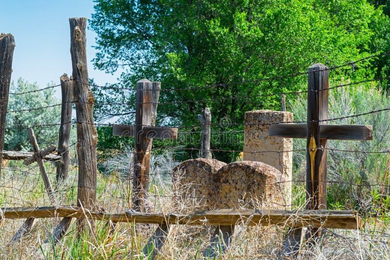 Cemitério de New mexico com cruzes e lápides fotos de stock royalty free