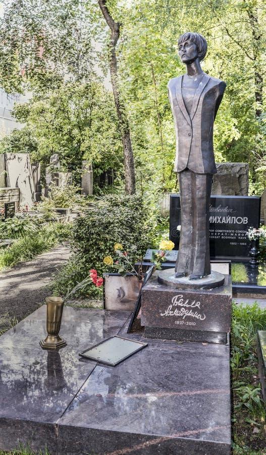 Cemitério de Novodevichy Sepultura da poetisa Bella Akhmadulina imagens de stock