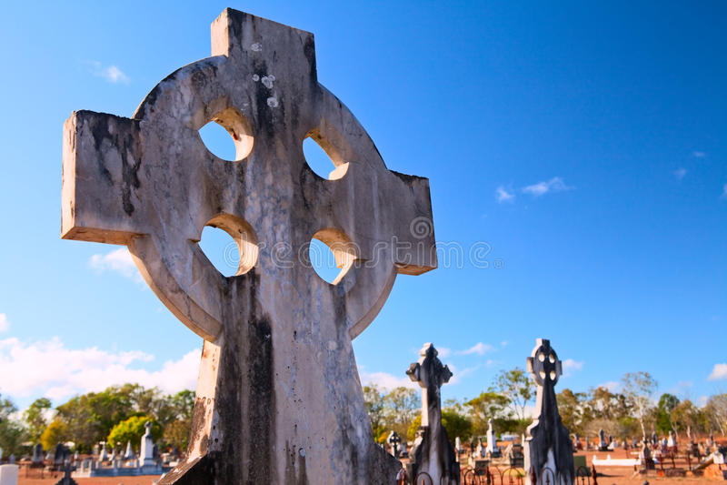 Cemitério do céu azul de cruz celta fotos de stock royalty free