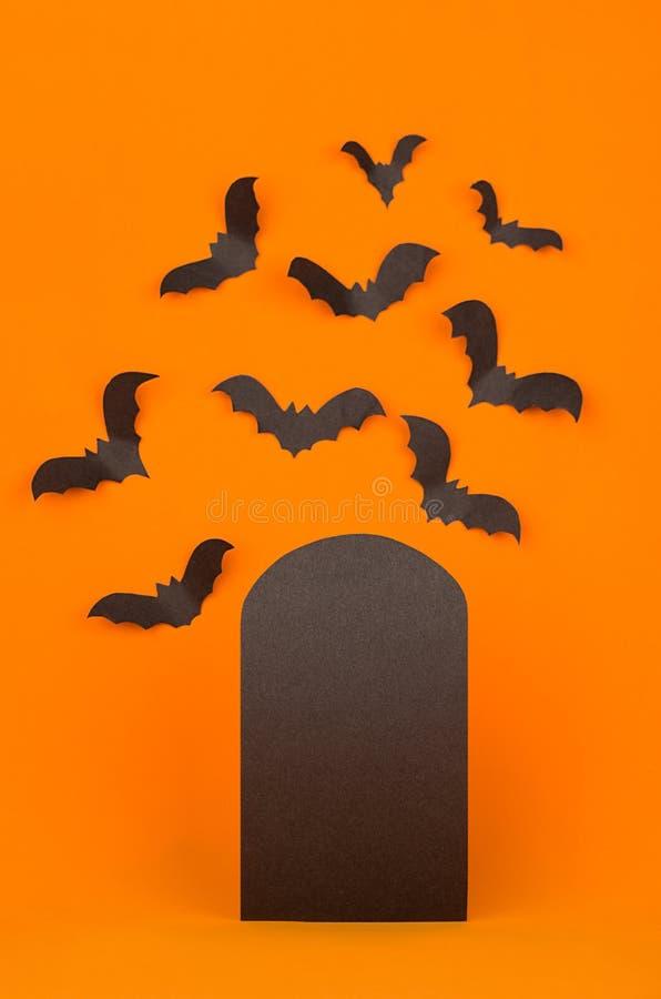 Cemitério do divertimento - o fundo alaranjado do Dia das Bruxas com etiqueta preta vazia da venda e os bastões reunem-se, zombam foto de stock