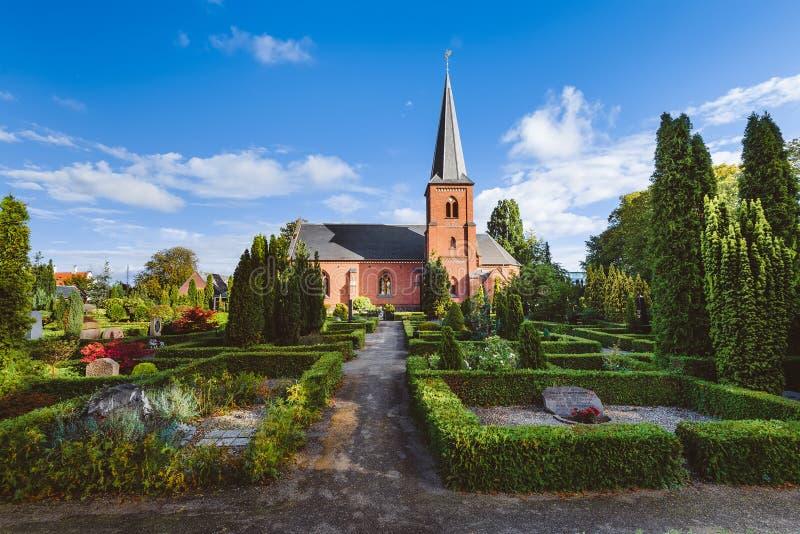 Cemitério e igreja Católica da cidade em Dragor, Dinamarca fotos de stock royalty free