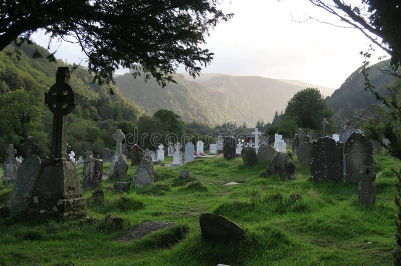 Cemitério em Glendalough - acordo monástico medieval precoce perto de Dublin imagens de stock