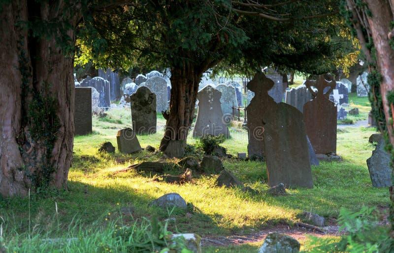 Cemitério em Glendalough - acordo monástico medieval precoce perto de Dublin imagem de stock royalty free