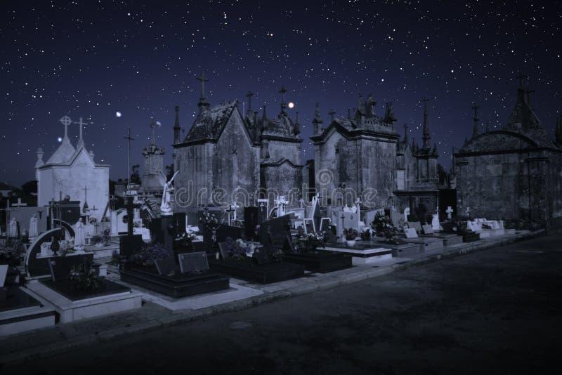 Cemitério em uma noite estrelado imagem de stock