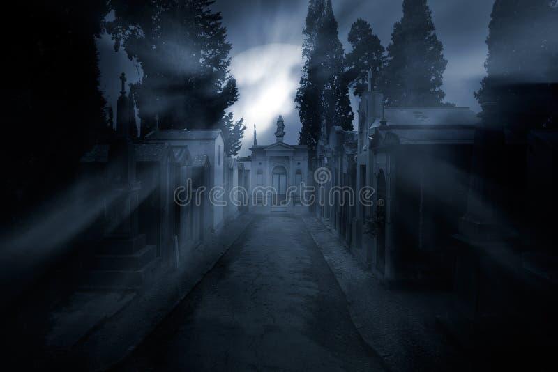 Cemitério em uma noite nevoenta da Lua cheia imagem de stock royalty free