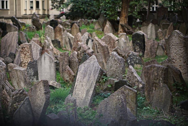 Cemitério judaico velho famoso mundial em Praga, República Checa com suas lápides desordenadas como um símbolo religioso dos jude fotografia de stock royalty free