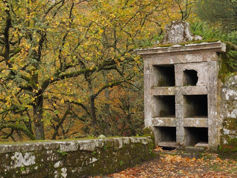 Cemitério medieval antigo nas ruínas foto de stock royalty free