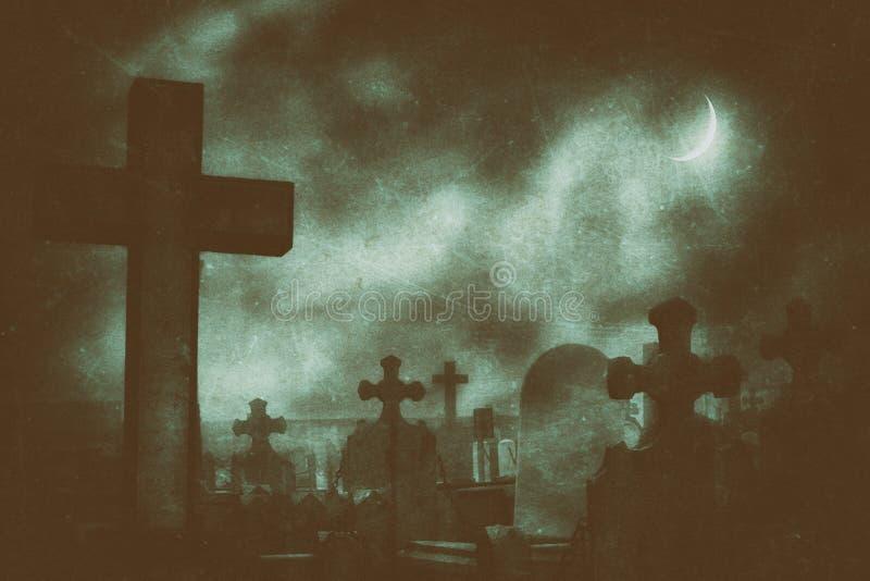 Cemitério na noite com luar e texturas sujas foto de stock