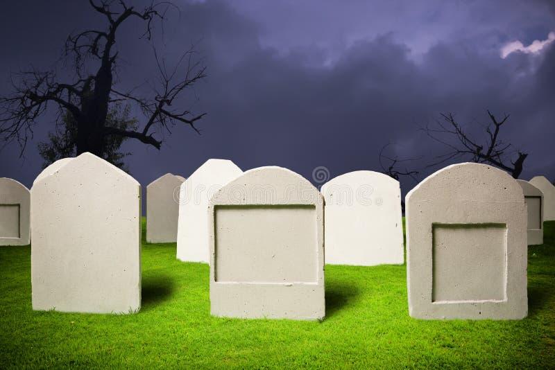 Cemitério na noite de Halloween imagem de stock royalty free