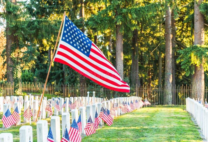 Cemitério nacional com uma bandeira no Memorial Day em Washington, EUA fotos de stock