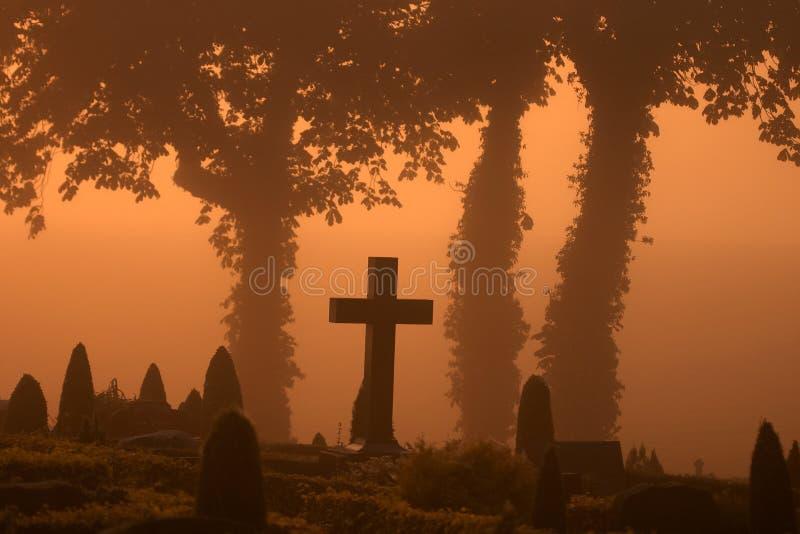 Cemitério nevoento foto de stock