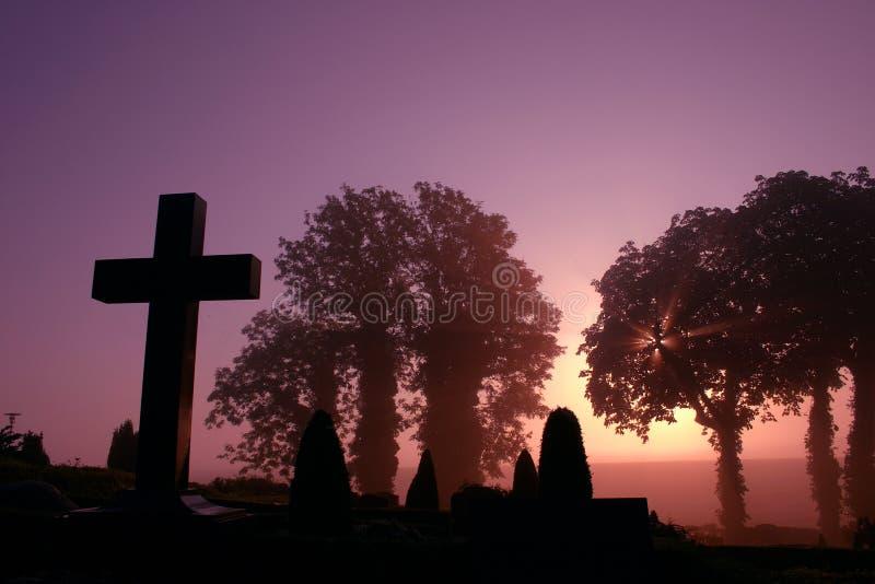 Cemitério nevoento fotos de stock