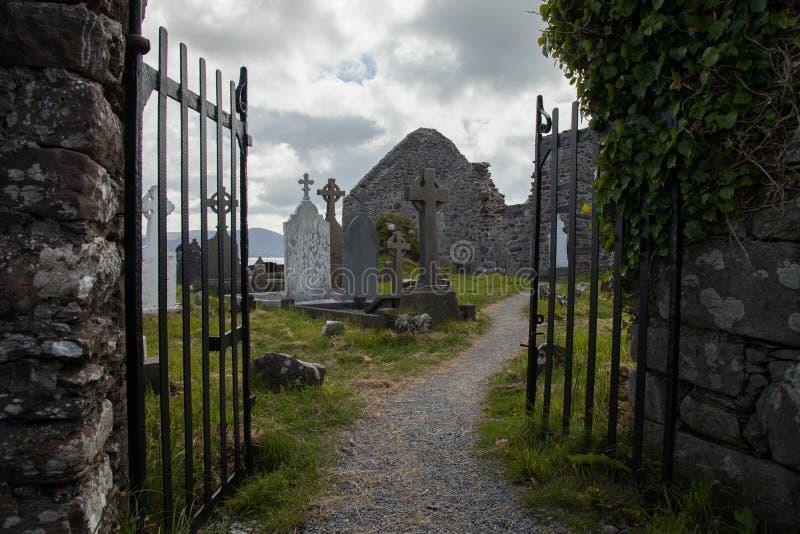 Cemitério no convento de Ballinskelligs, Irlanda imagens de stock