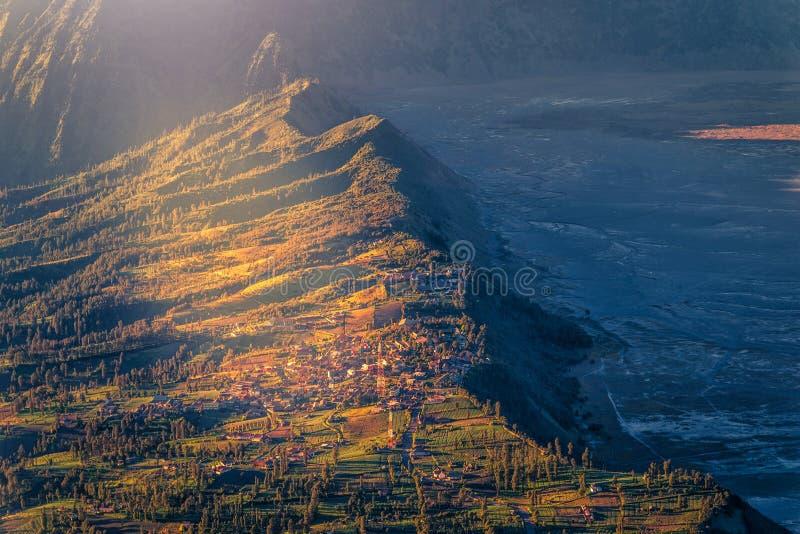 Cemoro日出的lawang村庄在布罗莫火山腾格尔塞梅鲁火山国立公园,东爪哇,印度尼西亚 库存图片