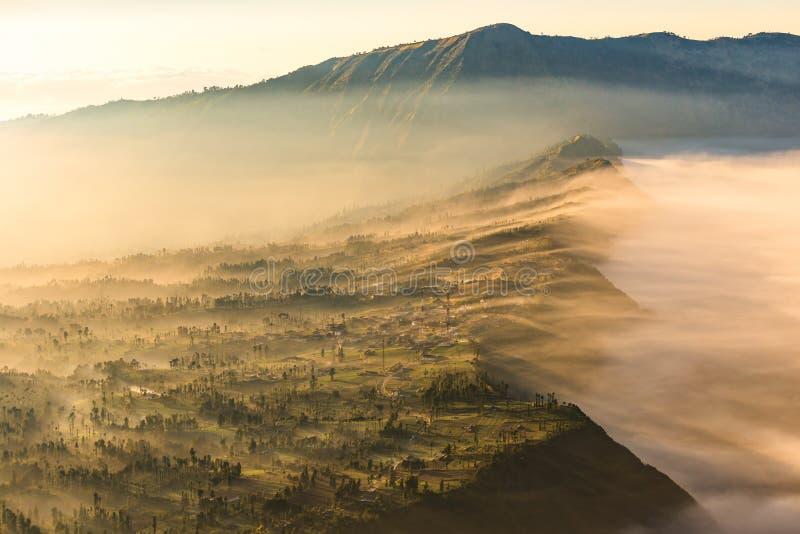 Cemoro Lawang  μικρό χωριό στην υδρονέφωση πρωινού που τοποθέτησε στην άκρη ογκώδους βόρειο-ανατολικά του υποστηρίγματος Bromo, α στοκ εικόνα