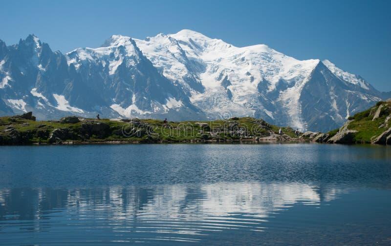 Mont Blanc que reflete em um lago imagens de stock royalty free