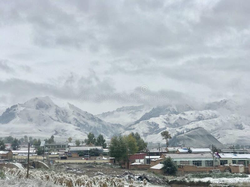 Cenário bonito da montanha da neve fotografia de stock