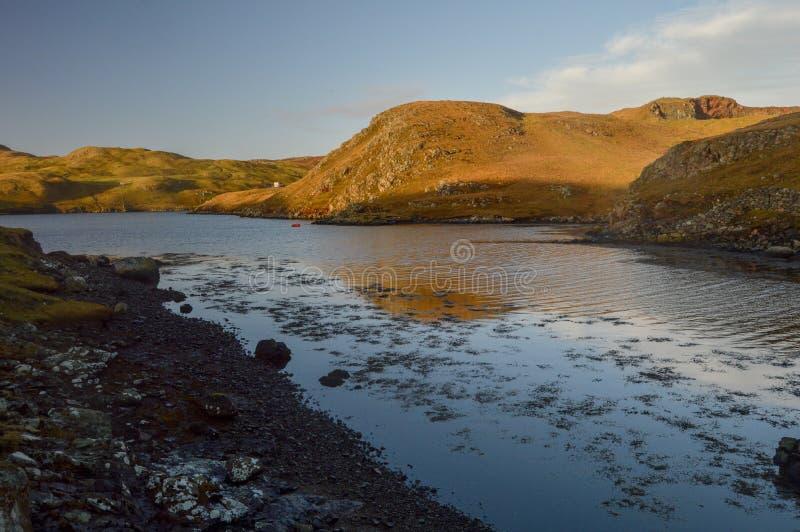 Cenário bonito da paisagem com reflexão em ilhas de Shetland fotografia de stock