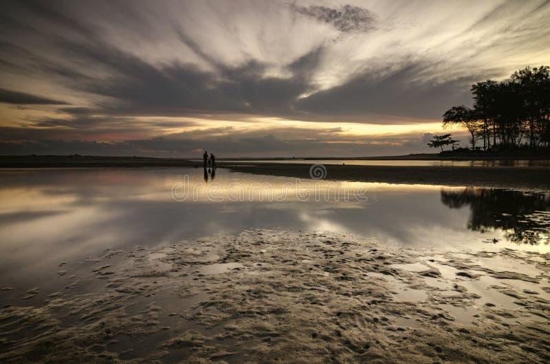 Cenário bonito da silhueta da opinião do mar sobre a parte traseira impressionante do nascer do sol imagem de stock