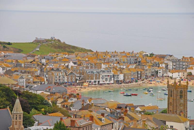 Cenário bonito de St Ives Cornwall com construções, praia e montes fotos de stock royalty free