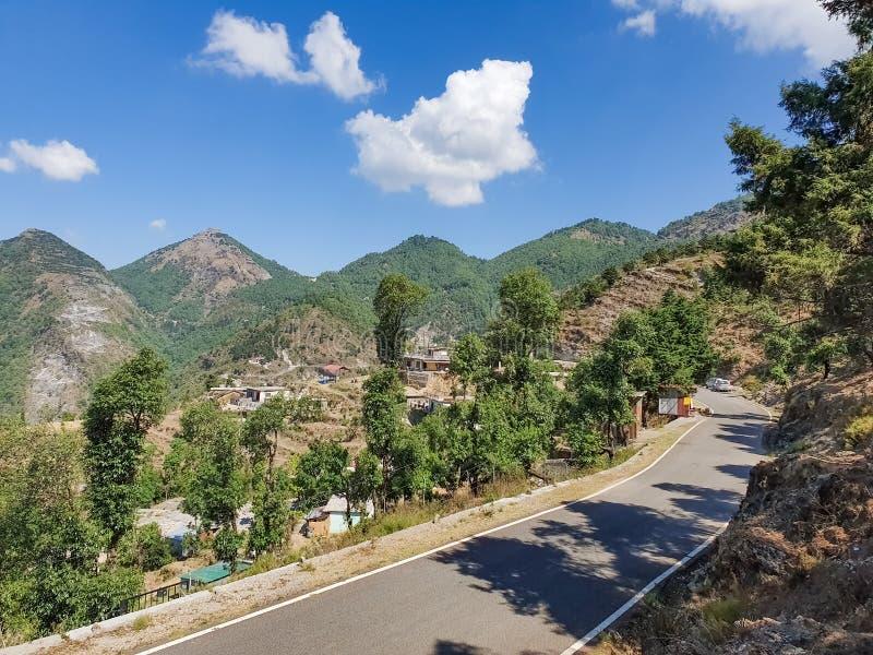 Cenário bonito de uma vila no recurso muito cênico do ponto do feriado das montanhas em arredores naturais no turista perfeito da imagem de stock