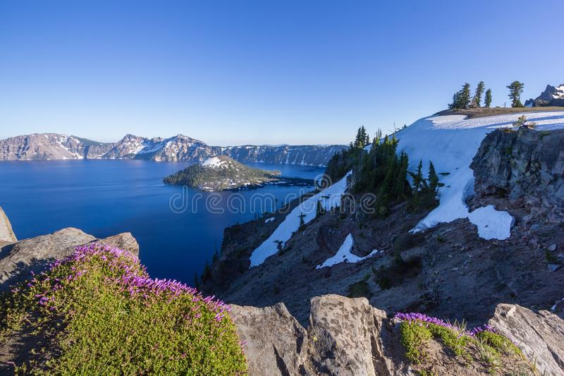 Cenário bonito do lago crater e da ilha do feiticeiro no verão como visto da borda norte imagens de stock royalty free