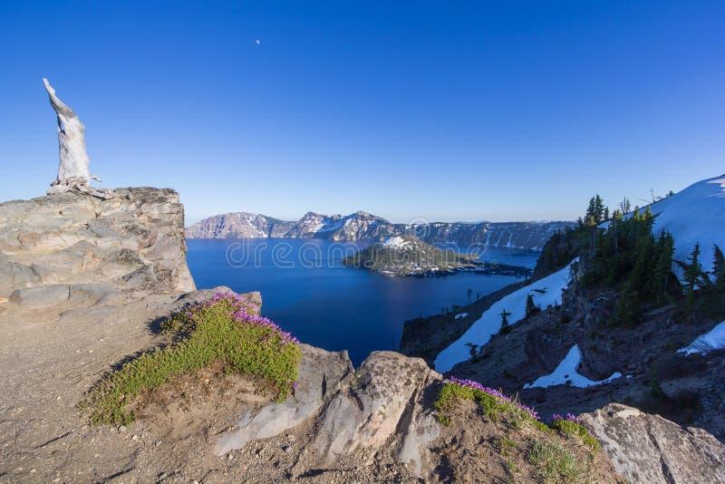 Cenário bonito do lago crater e da ilha do feiticeiro no verão como visto da borda norte fotografia de stock