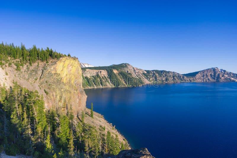 Cenário bonito do penhasco vulcânico como considerado da borda norte no lago crater, foto de stock royalty free