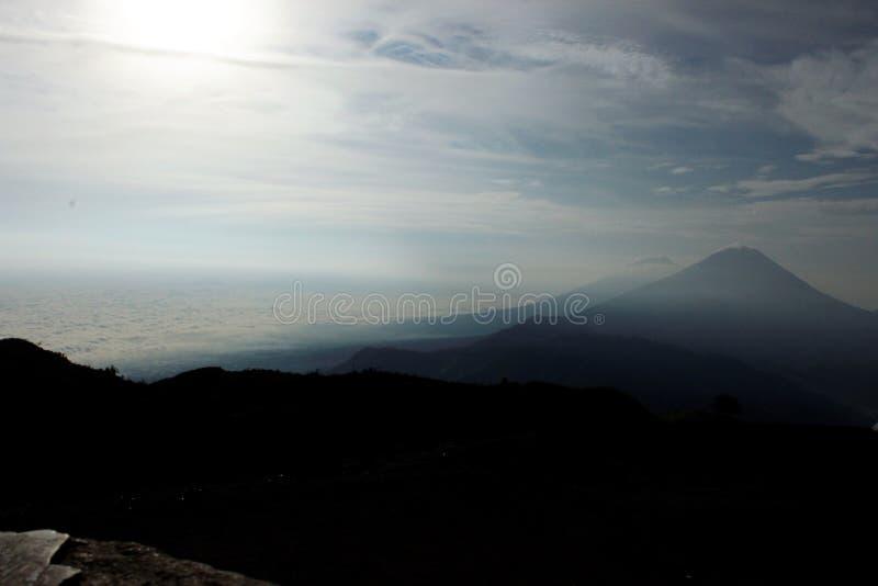 Cenário bonito na parte superior da montanha, a tarde do ` s do sol que expõe-se ao sol nas montanhas imagens de stock