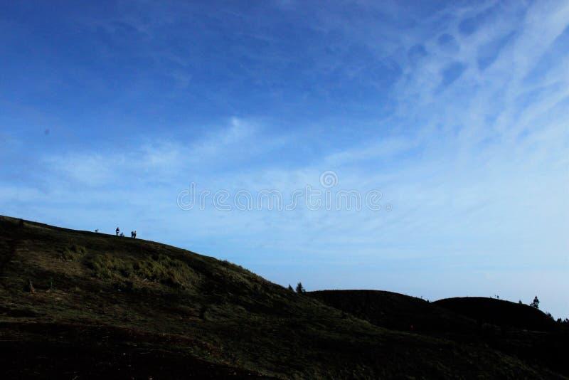 Cenário bonito na parte superior da montanha, a tarde do ` s do sol que expõe-se ao sol nas montanhas fotografia de stock royalty free