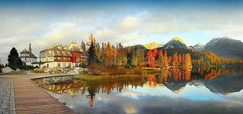 Cenário colorido da queda, reflexão no lago, por do sol da paisagem foto de stock