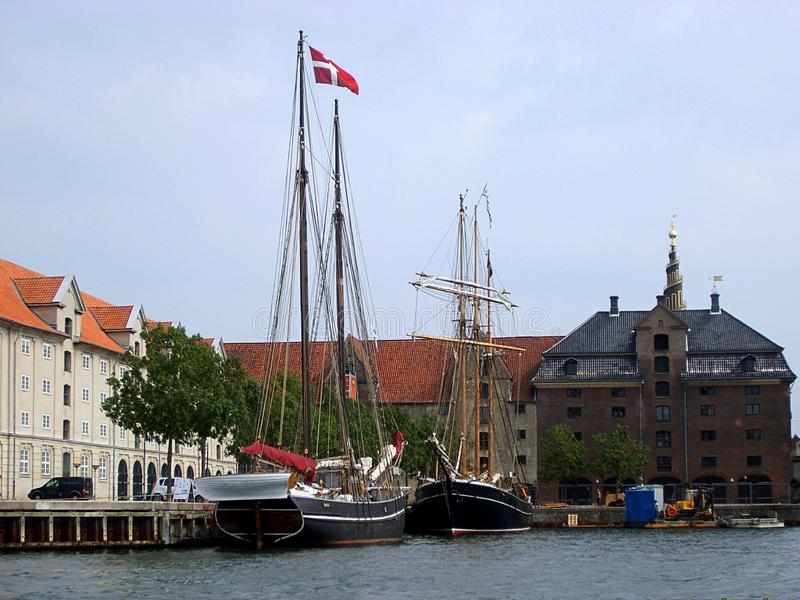 Cenário com o canal da água na cidade de Copenhaga, Dinamarca foto de stock