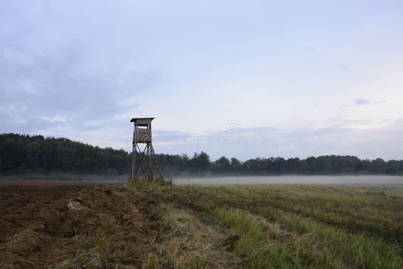 Cenário com torre da caça imagens de stock