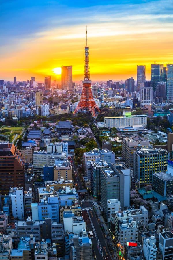 Cenário da luminosidade reduzida do por do sol na torre do Tóquio, Japão fotografia de stock royalty free