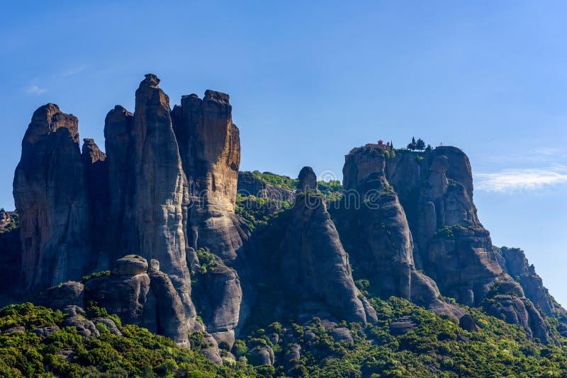 Cenário da montanha com as rochas de Meteora, Grécia no embaçamento da manhã foto de stock