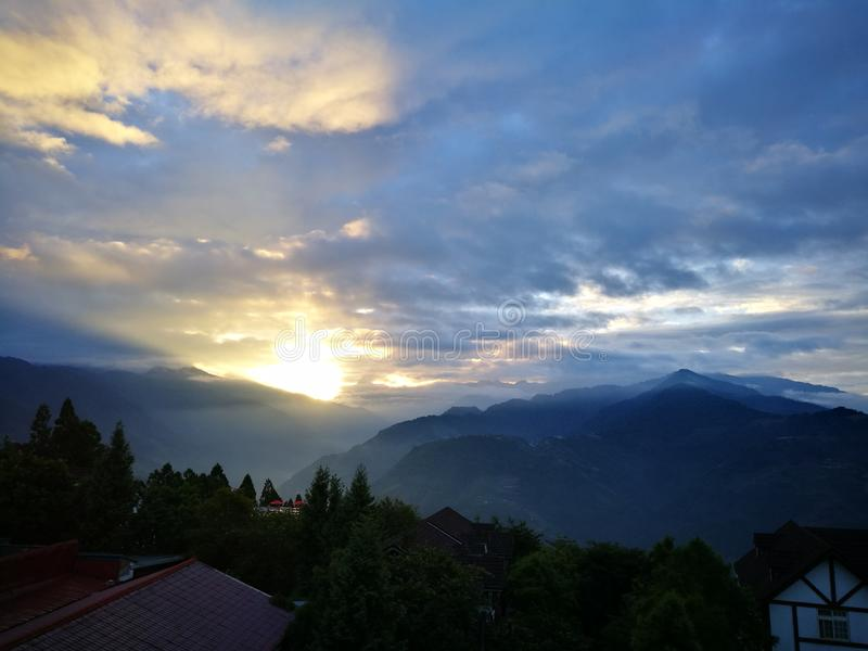 Cenário da montanha de Sunsise da nuvem da manhã fotografia de stock